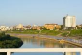 Tyumen, Rusko, na 16 červenci 2018: Tura nábřeží řeky v Ťumeňské v letní večer