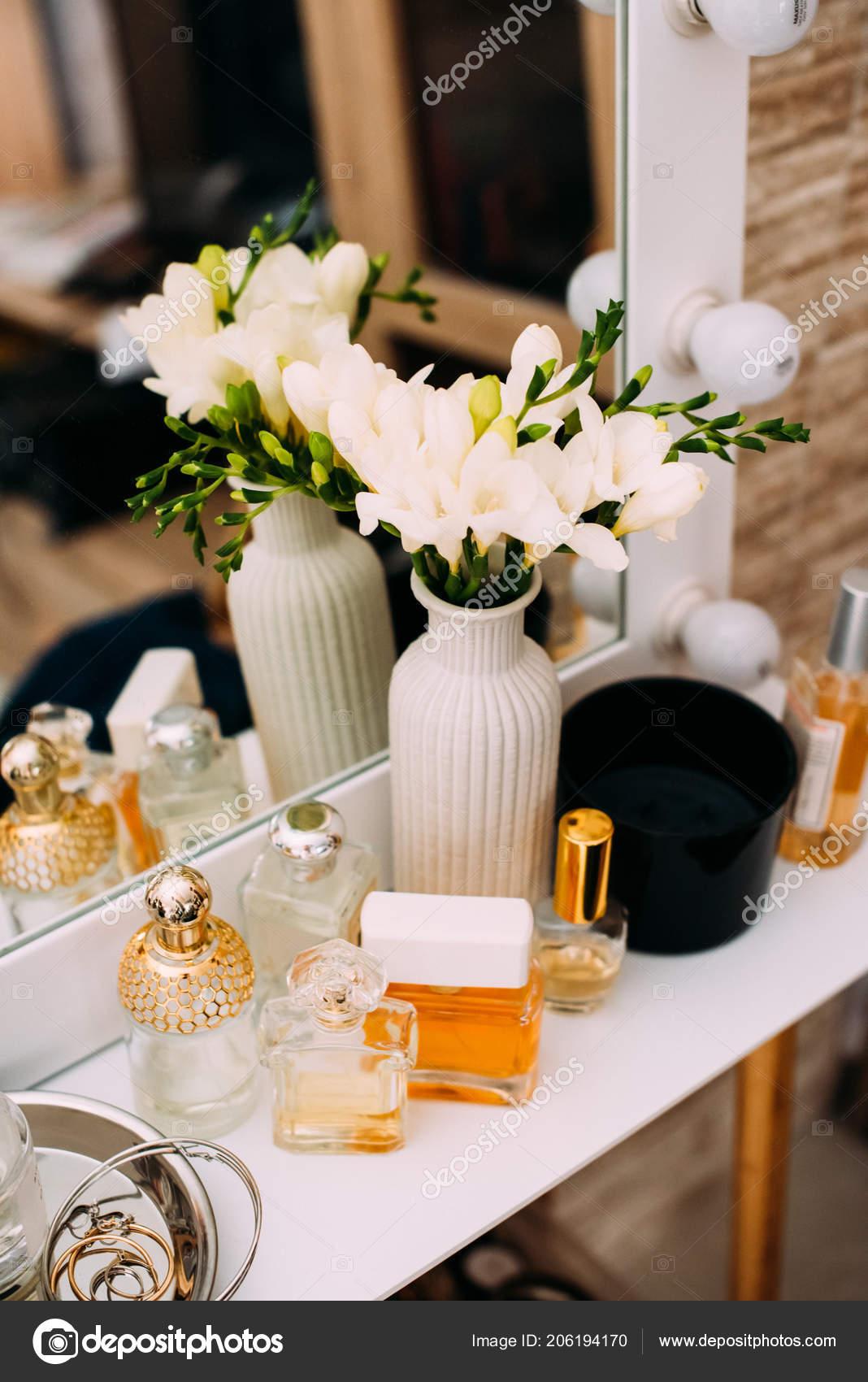 Kaptafel Met Spiegel En Licht.Parfumerie Cosmetica Een Kaptafel Met Een Spiegel Licht Make
