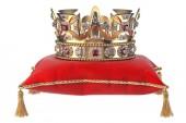Corona doro con i gioielli sul cuscino di velluto rosso per lincoronazione isolato su bianco. illustrazione 3D