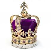 Corona dorata con gioielli isolati su bianco. Simbolo reale inglese