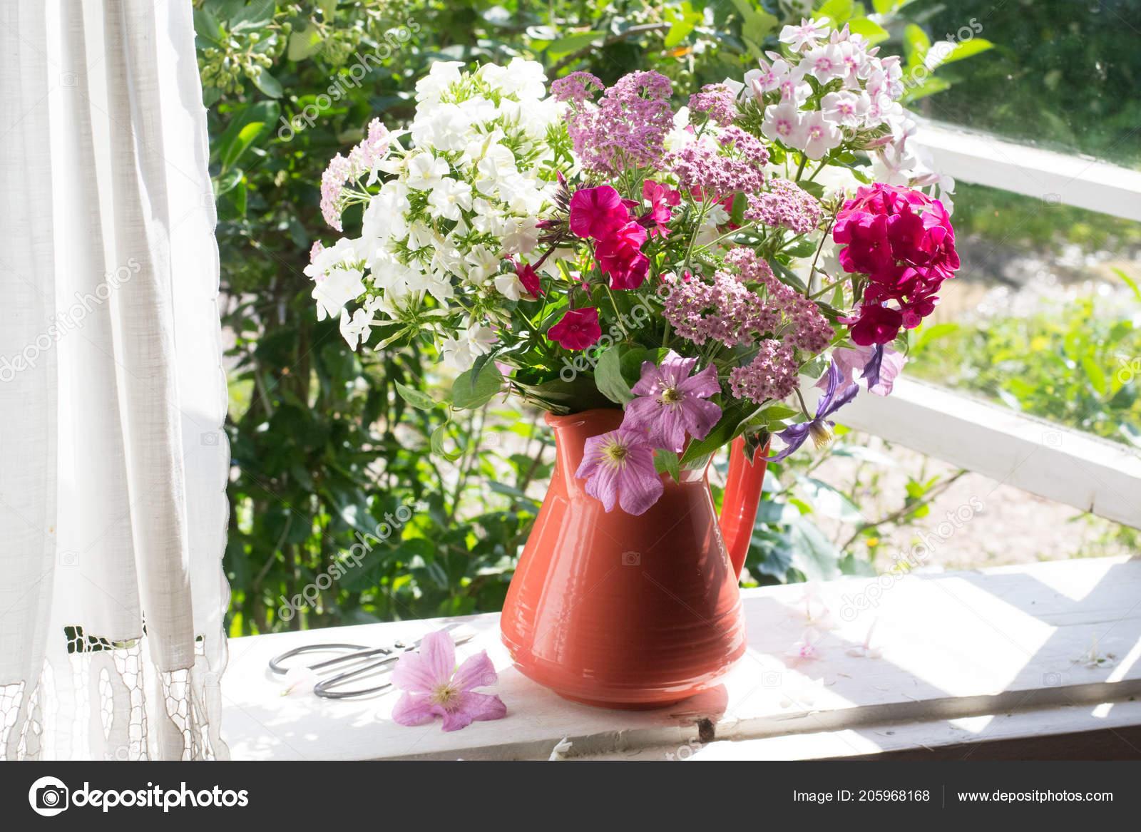 Bouquet Von Blumen Auf Der Fensterbank Stockfoto C Alinaya 205968168