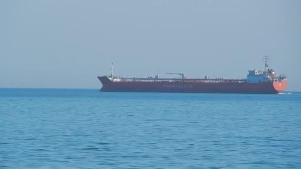 Tanker vstupuje do přístavu Aktau. Kazachstán.