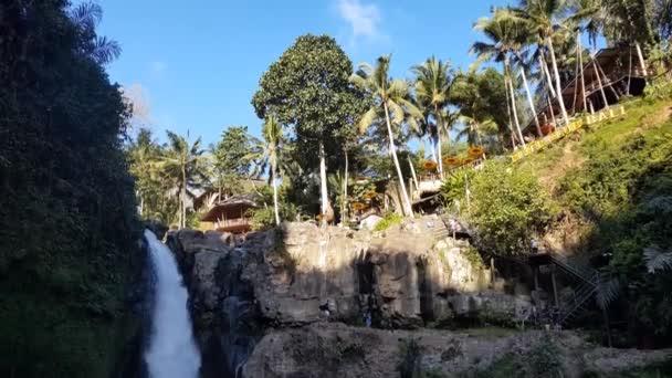 Bali, Indonésie: 28. června 2019: Lidé si užívají vodopád Tegenungan v Ubud. Místo je jednou z nejznámějších krajin na ostrově.