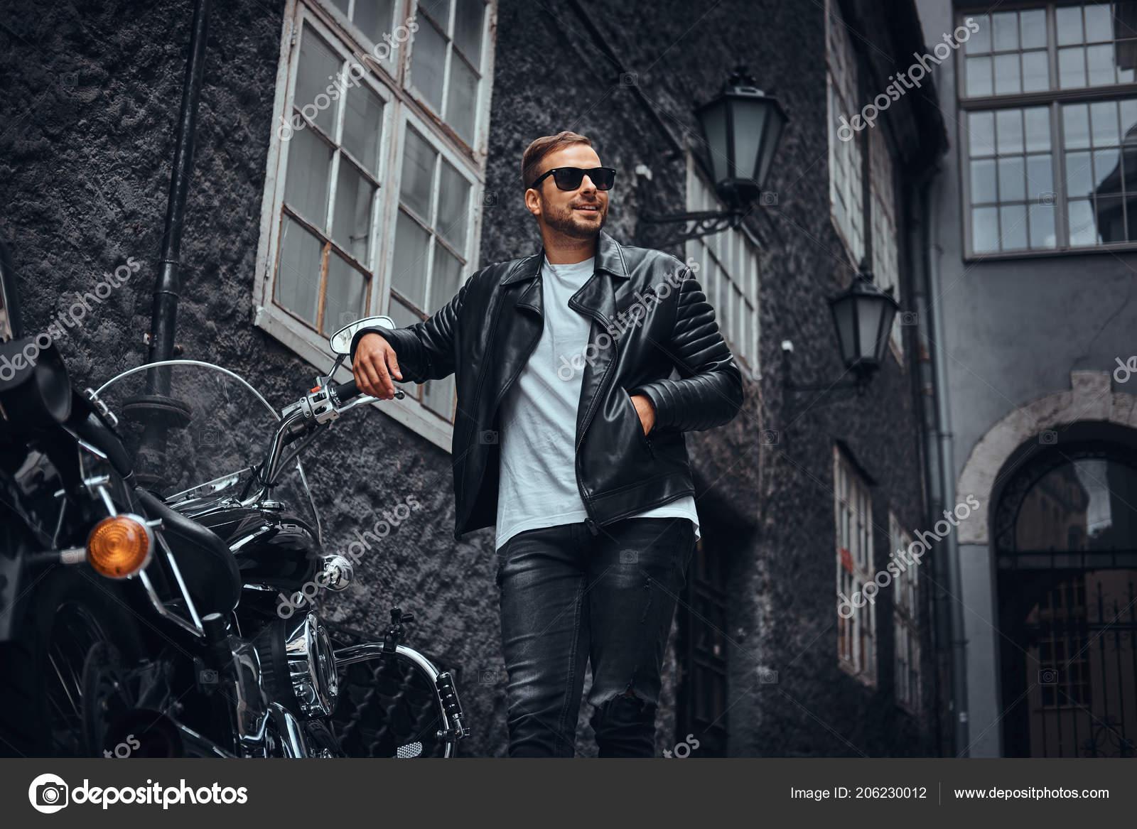 8198ba1c52 Divatos Motoros Napszemüveg Öltözött Fekete Bőrkabát Farmer Támaszkodva  Retro Motorkerékpár– stock kép