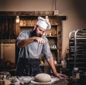 Fényképek Szakmai baker készül egy asztalnál, a pékség kenyér