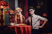 Fotografie Junges attraktives Paar mit Untoten Make-up Nachos zu essen, während die Datierung in einem mexikanischen restaurant