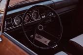 Fotografia Volante e cruscotto. Interiore di unautomobile retrò restaurata