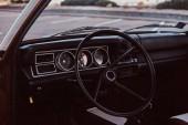 Fotografia Interiore di unautomobile retrò restaurata. Volante e cruscotto