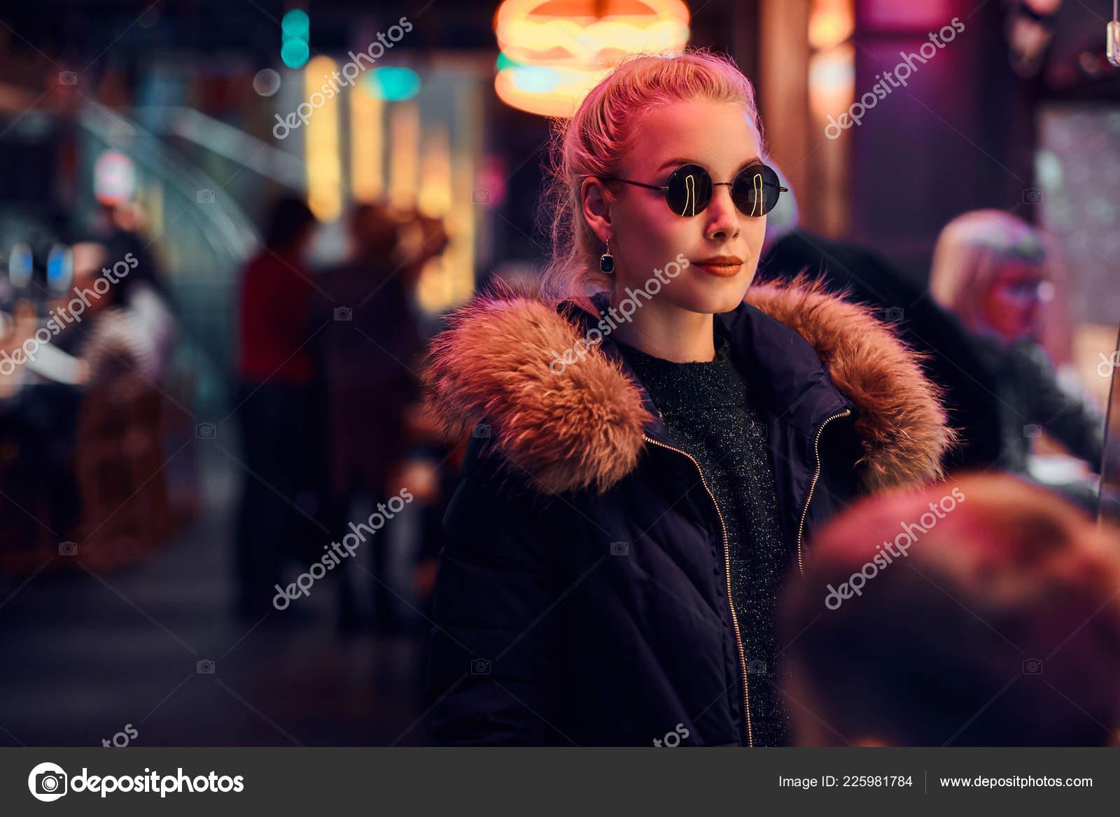 Una Chica Sensual En La Noche En La Calle Letreros