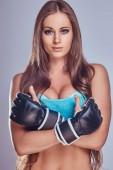 Fotografie Porträt eines schönen Boxen Mädchens kämpfen Handschuhen posiert mit ihren Armen gekreuzt, isoliert auf einem grauen Hintergrund