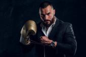 Porträt eines gutaussehenden bärtigen Mannes mit Boxhandschuhen