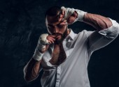 Porträt eines frechen bärtigen Mannes mit Boxhandschuhen