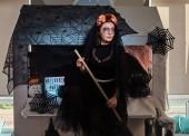 Porträt einer Frau in dunkler Brautrolle