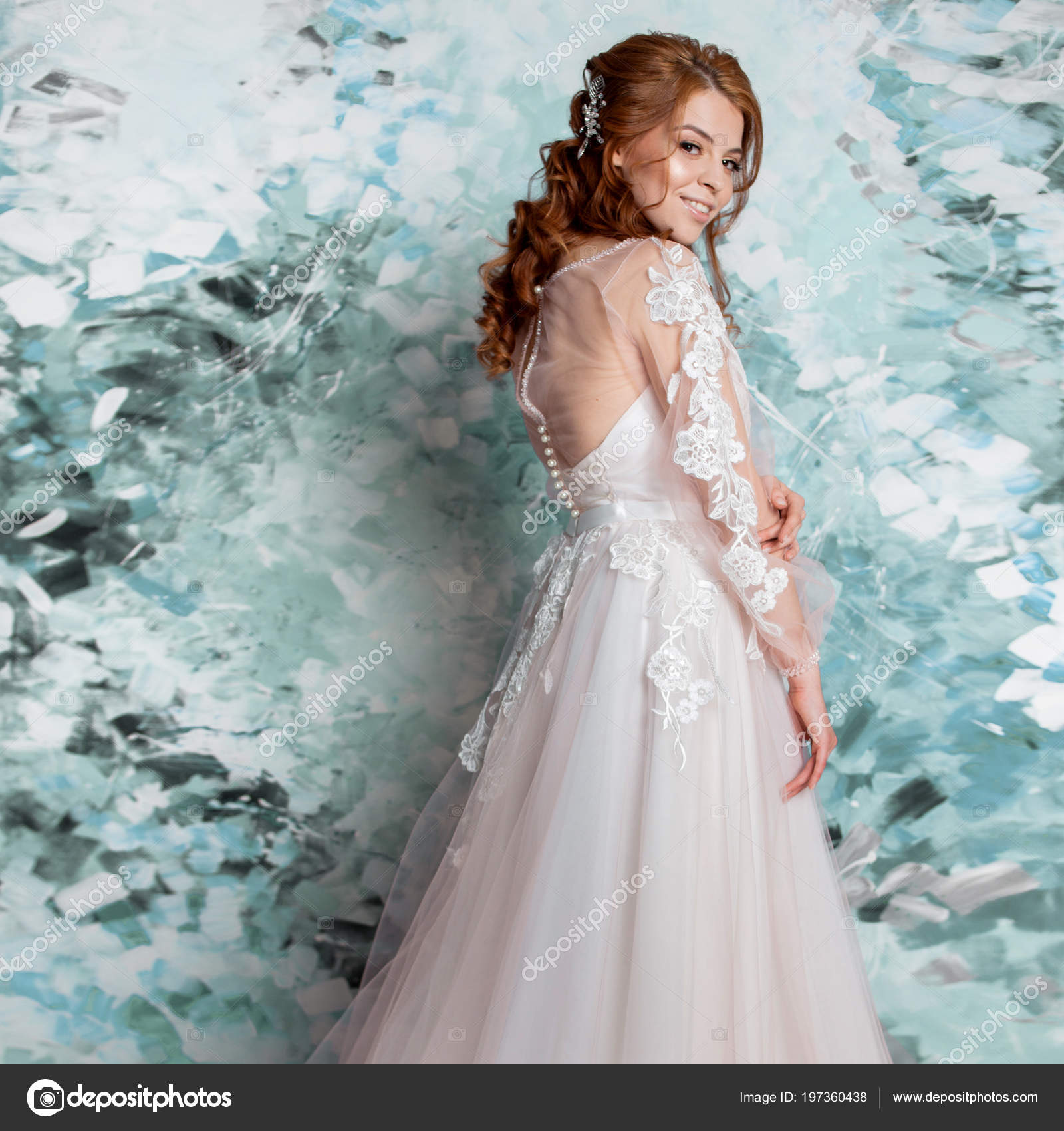 5493615d040 Όμορφο και ρομαντικό νύφη στο γάμο φόρεμα με μακριά μανίκια. Νεαρή γυναίκα  redheaded στο νυφικό, αφηρημένο μπλε φόντο — Εικόνα από ...