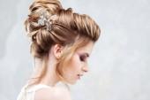 Esküvői stílus. Gyönyörű fiatal menyasszony-luxus esküvői frizura