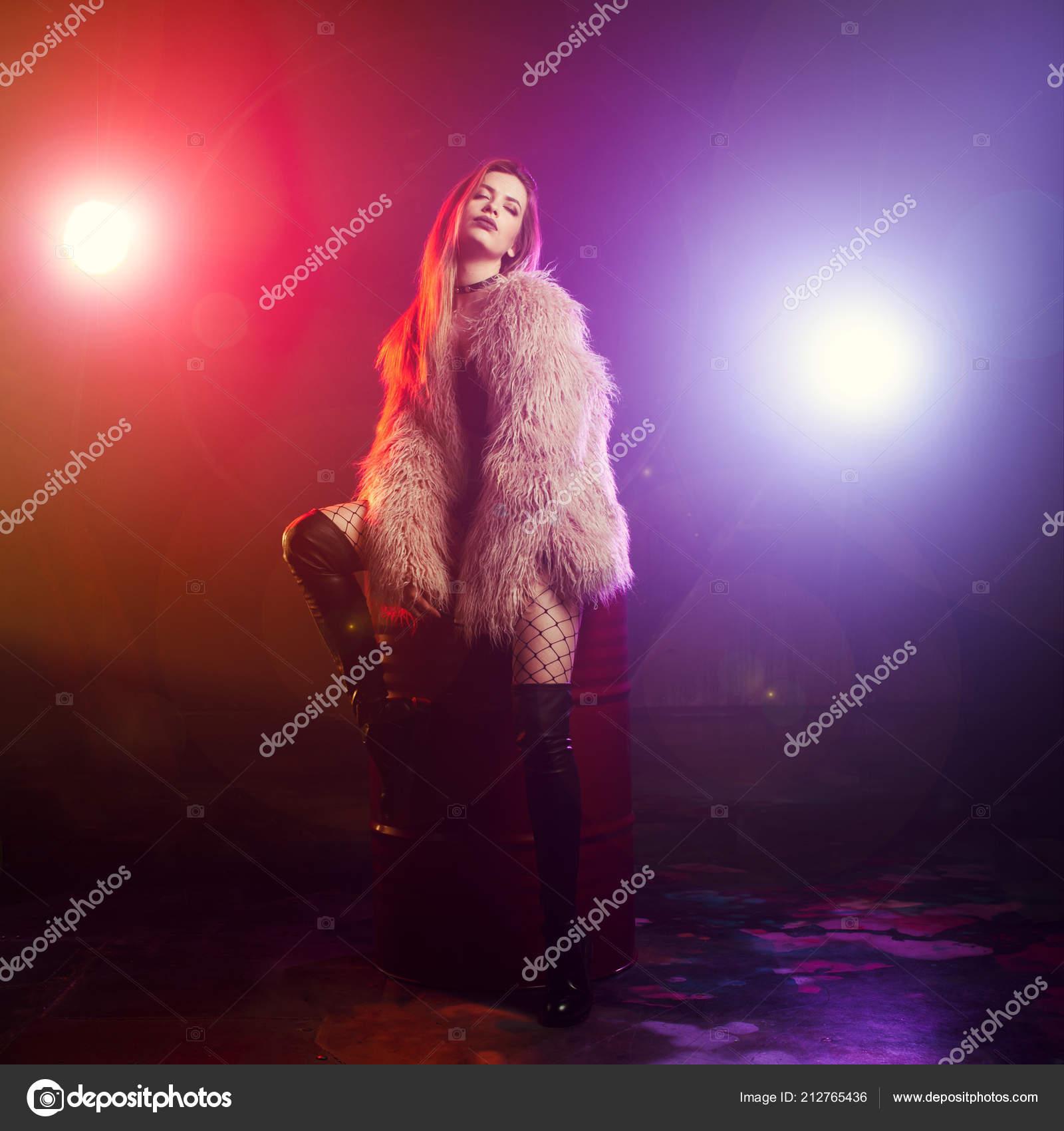 a76e220bfbb Μοντέρνο κορίτσι χορό σε ένα αφράτο ροζ παλτό — Φωτογραφία Αρχείου ...