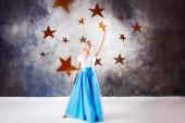 Fotografie Junge schöne Frau nahm einen Stern vom Himmel. Fantasie-Konzept für den Traum zu erreichen