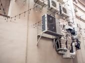 Fotografie Rückwand des Gebäudes mit technischen Systemen und Klimaanlage