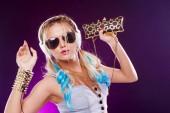 Fényképek Fiatal divatos lány, disco stílusban. Zene és élvezi. Retro stílusú
