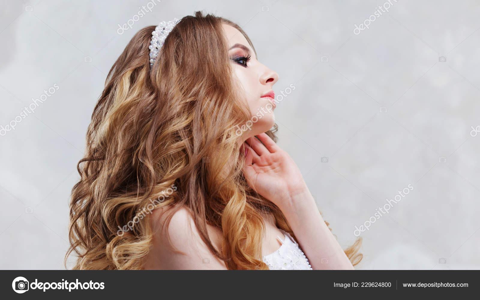 Charmante Junge Braut Mit Luxus Frisur Schone Frau Mit Modischen