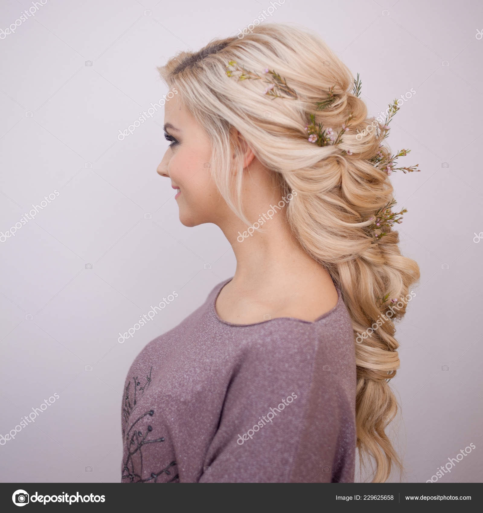 Portrat Einer Eleganten Jungen Frau Mit Blonden Haaren Trendige