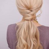 Portréja egy elegáns fiatal nő, a szőke haj. Divatos frizura