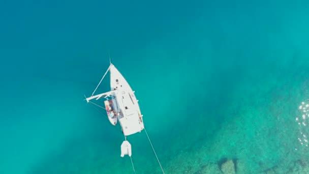 Plachtění jachta kotvící na břehu, nádherné moře drone video.