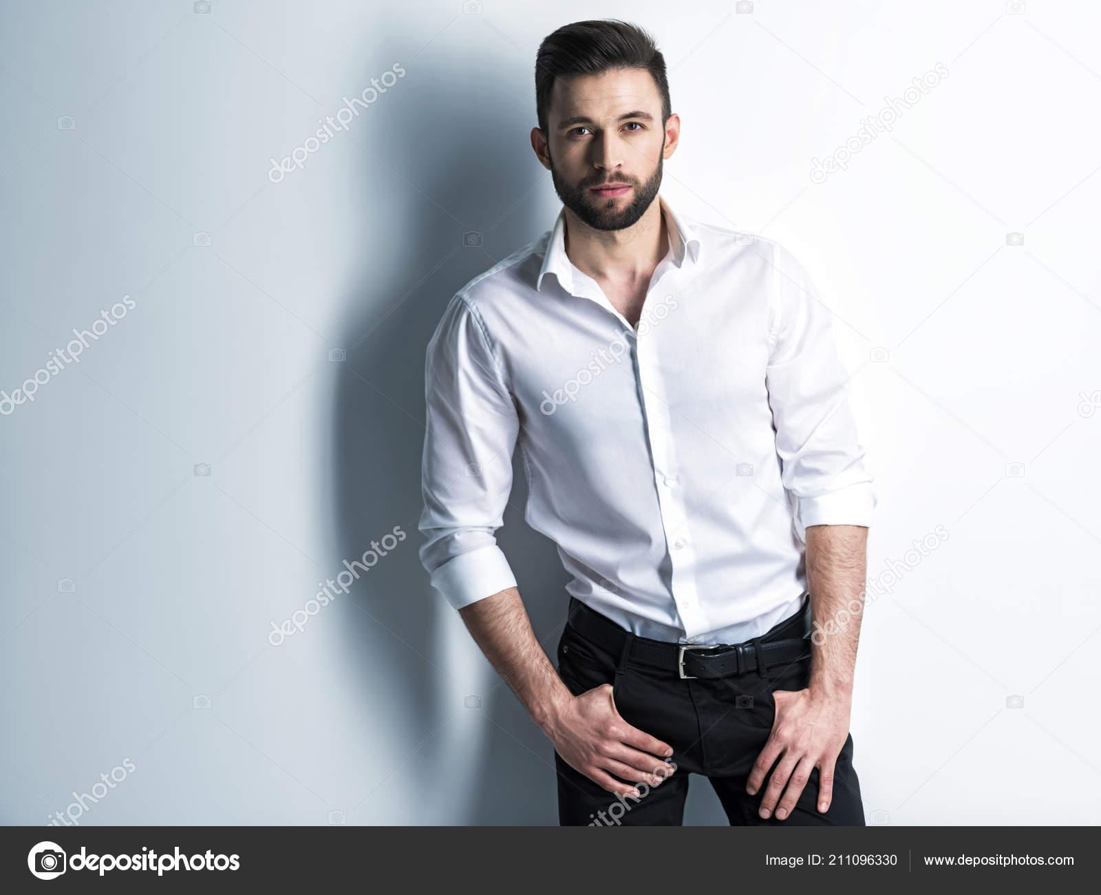 nuovi stili prima clienti prezzo basso Barba Uomo Camicia Bianca Pantaloni Neri Che Propone Allo ...