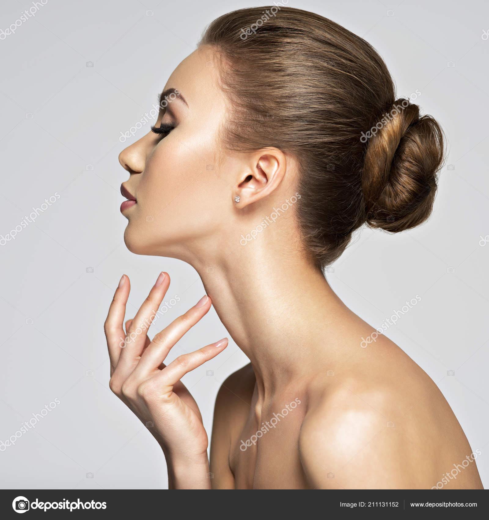 Seite Ansicht Portrat Der Jungen Frau Mit Elegante Frisur Auf