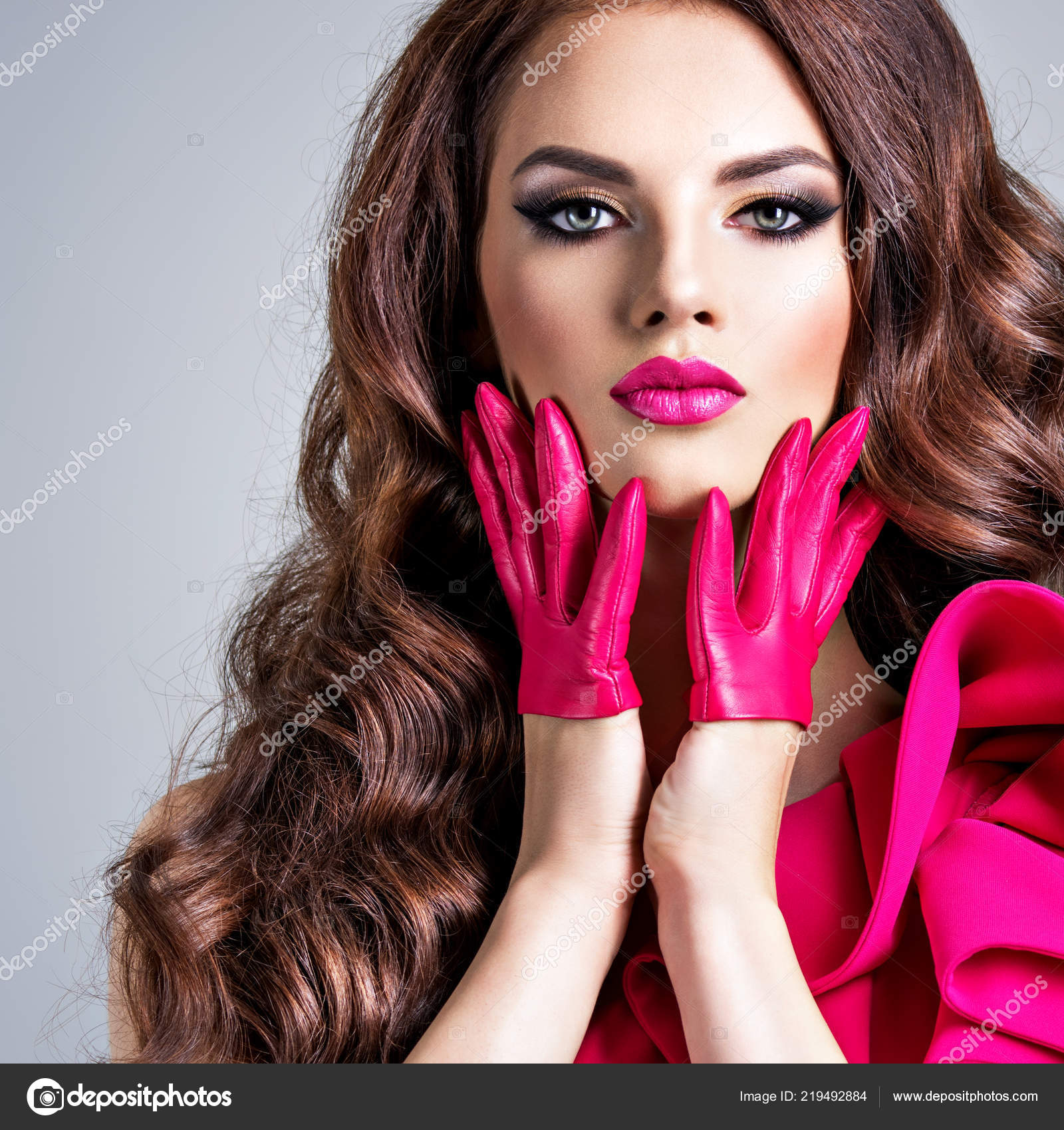 cfd5ab9afd42 Μοντέρνα Γυναίκα Ένα Κόκκινο Φόρεμα Ένα Δημιουργικό Μάτι Μακιγιάζ Closeup — Φωτογραφία  Αρχείου