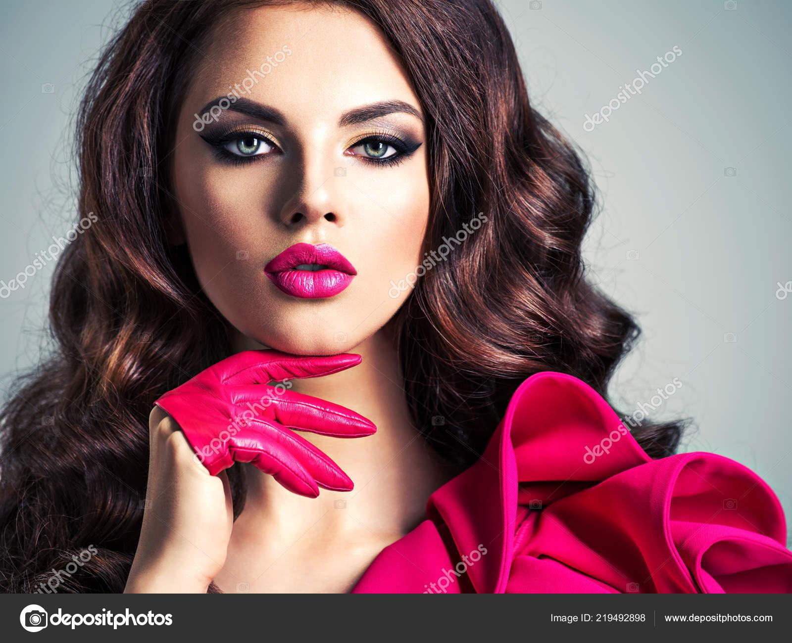 4d24067827c Femme à la mode dans une robe rouge avec un maquillage des yeux créatifs.  Closeup portrait d une belle fille style avec des gants roses.
