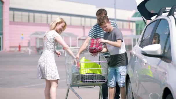 Famiglia felice con carrelli della spesa