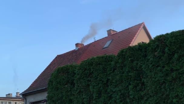 Kouř vychází z komína
