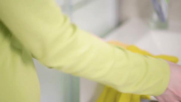 Nő, takarító mosogató kesztyű