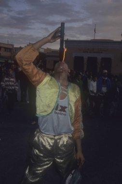 MARRAKESH, MOROCCO - 27, 2000 - Fas 'taki Djemma el Fna' da Ateş Soluyan performans sergiliyor