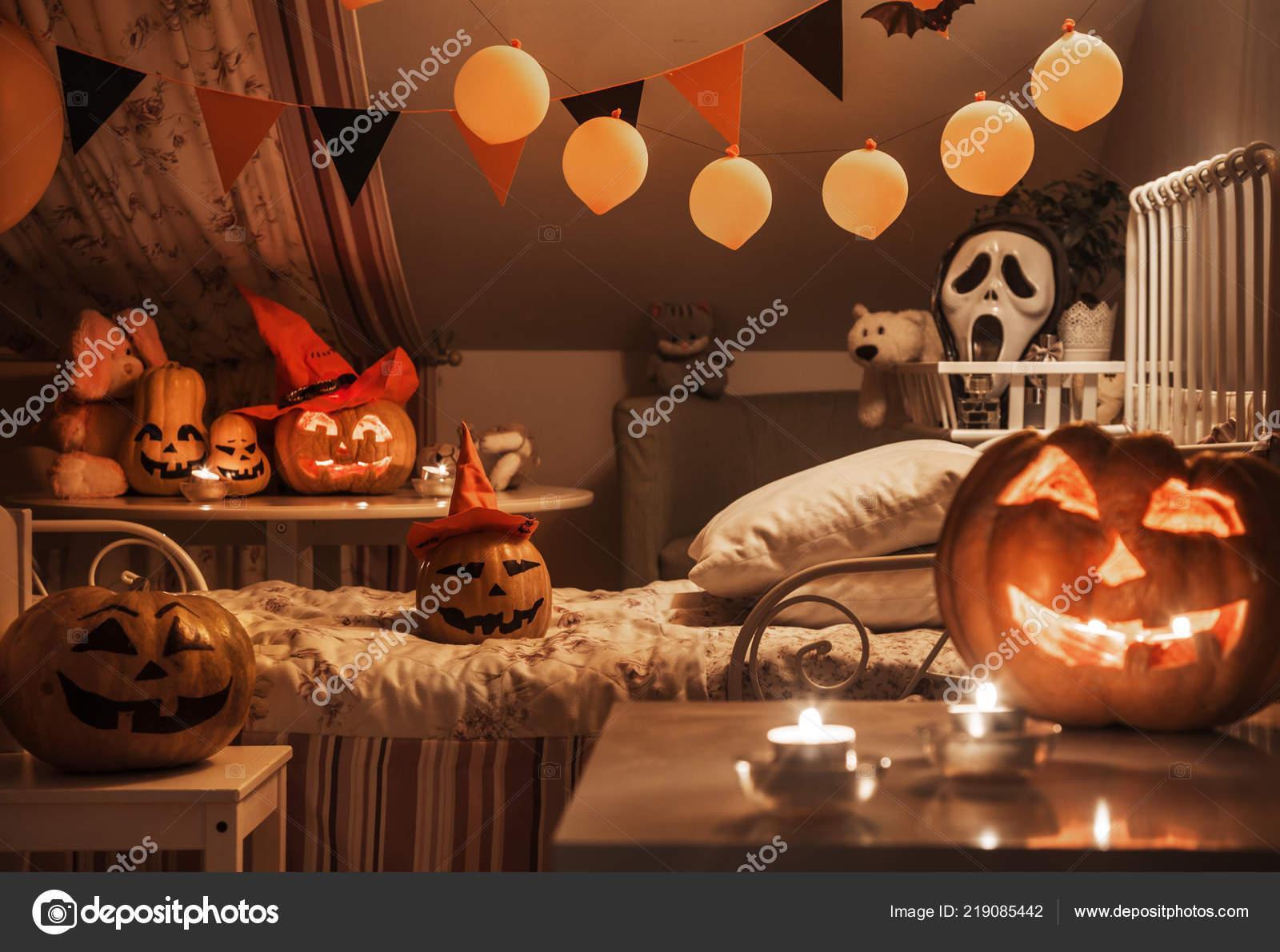 Interno una camera bambini decorato vacanze halloween nell