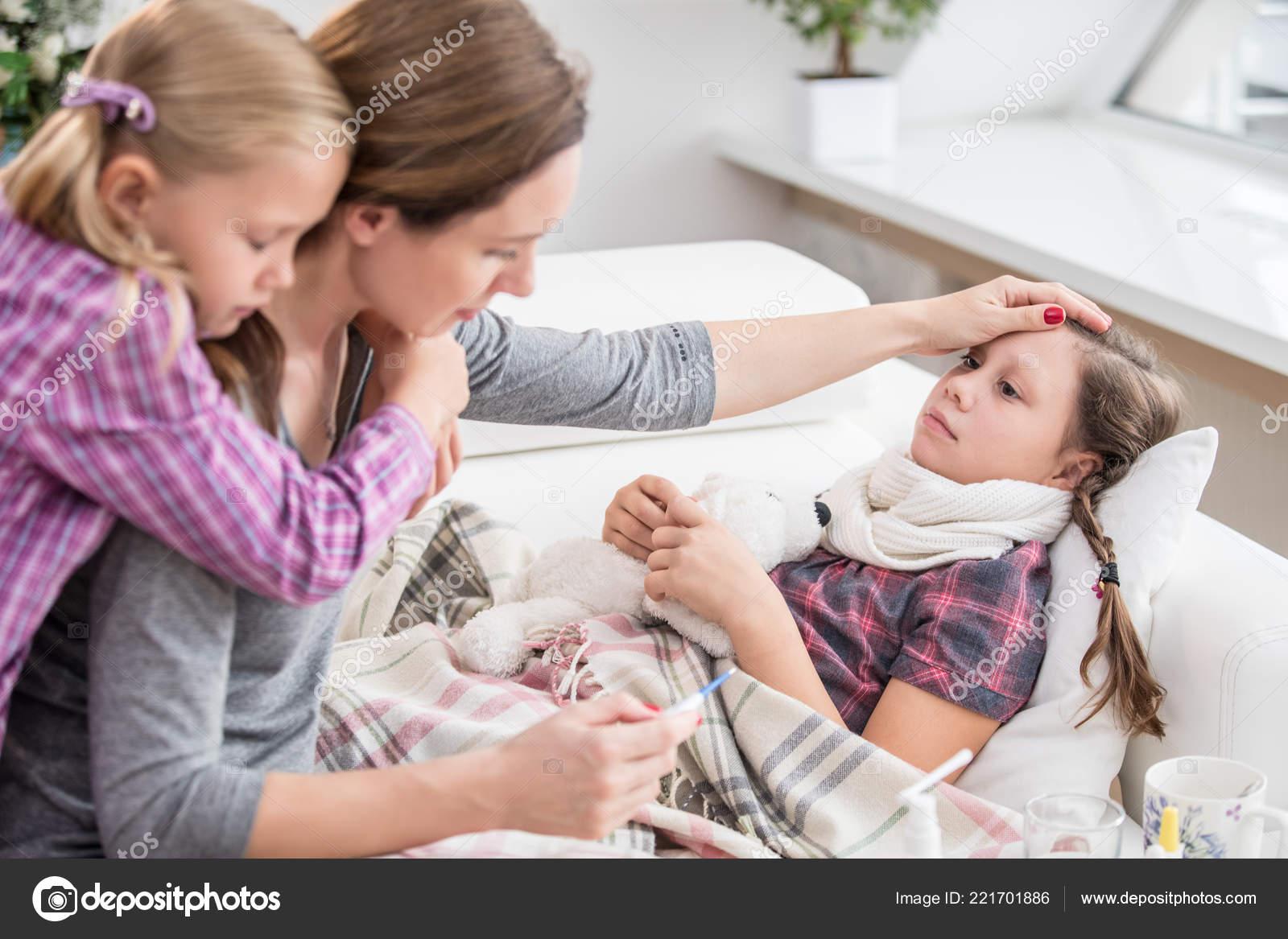 Фото дочка лижит матери, Подросток лижет письку мамочке и трахает 16 фотография