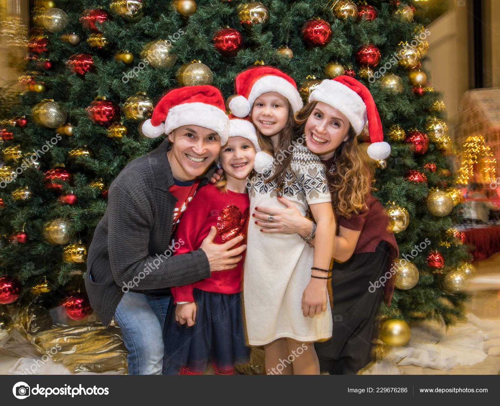 Weihnachten Feiern.Glückliche Familie Weihnachten Feiern Der Nähe Der Feuerstelle Unter
