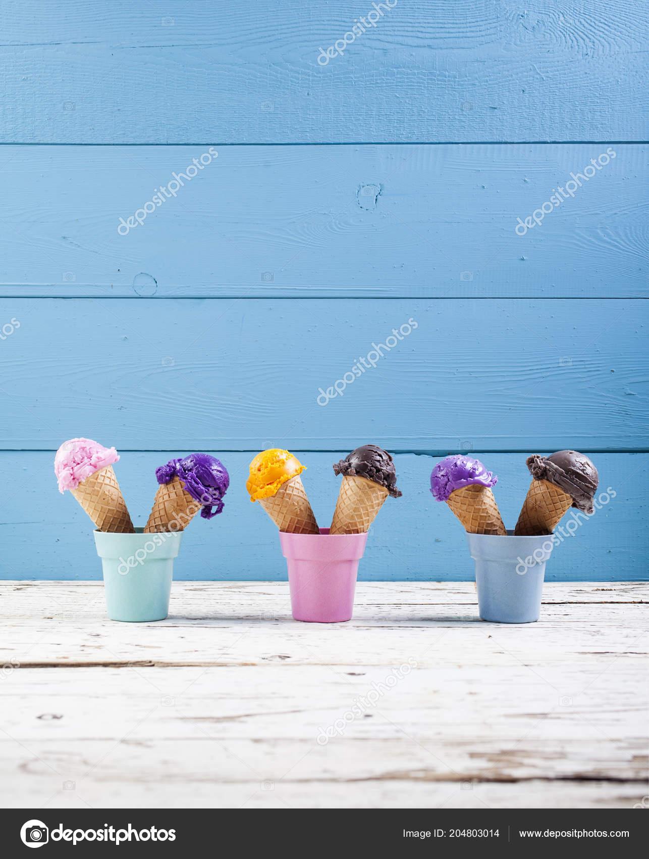 8c4d1fac2dc0 Různé Kopečky Zmrzliny Modrém Podkladu Různé Míčky Borůvka Čokoláda ...