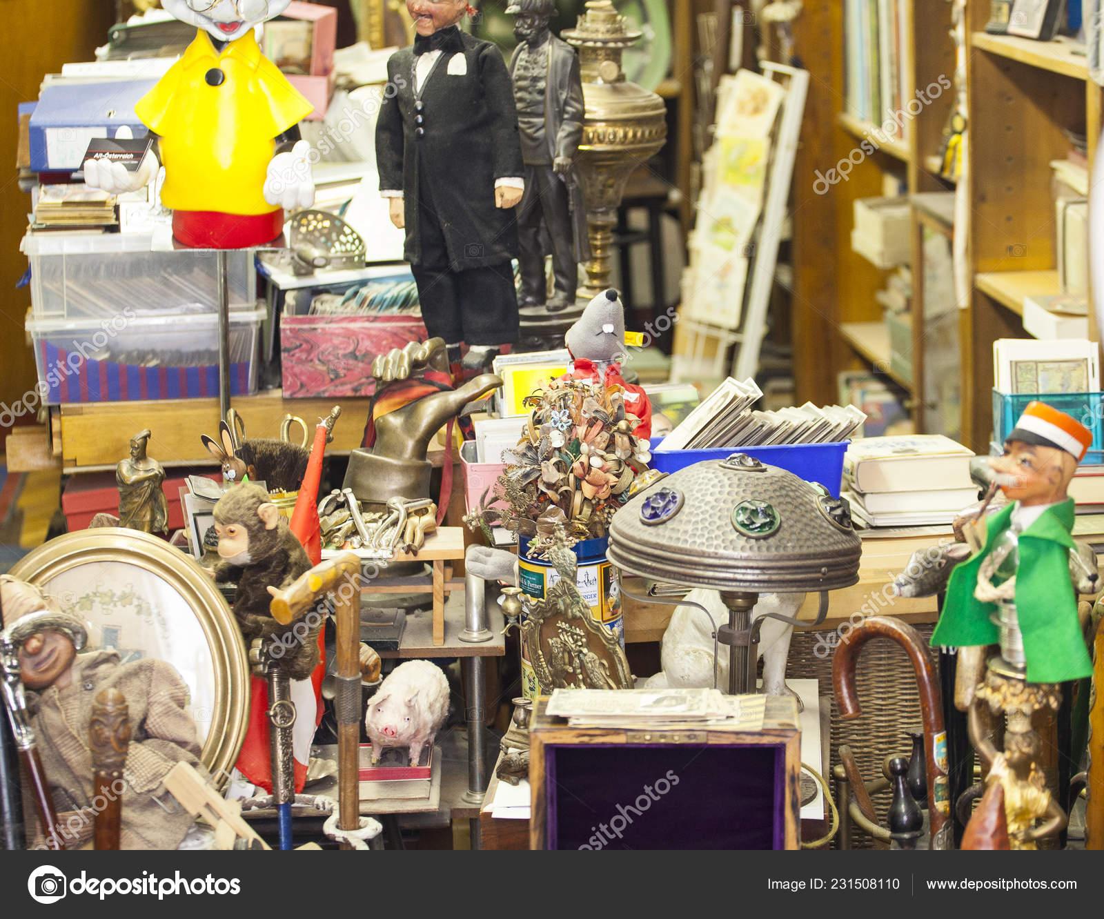 Wien österreich Mai Alte Vintage Objekte Und Möbel Zum Verkauf