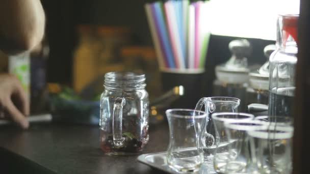 Příprava nápoje máty