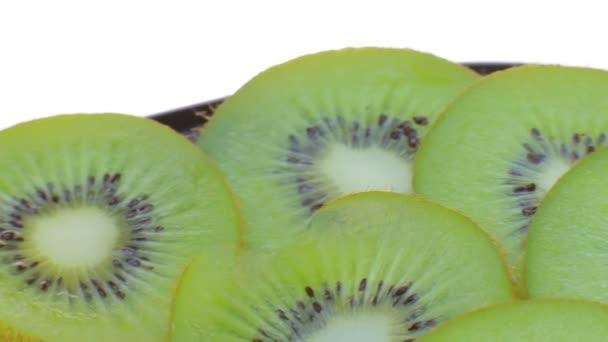 Lie on a plate of sliced kiwi.