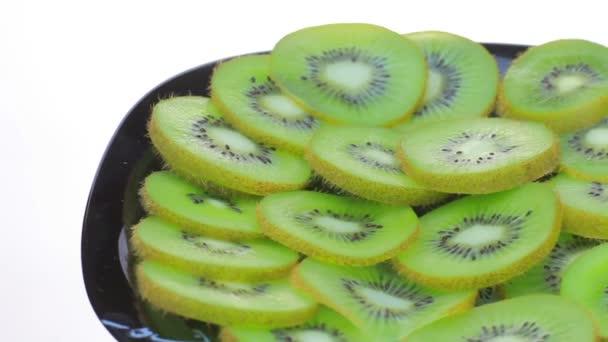Lehněte si na talíř plátky Kiwi.