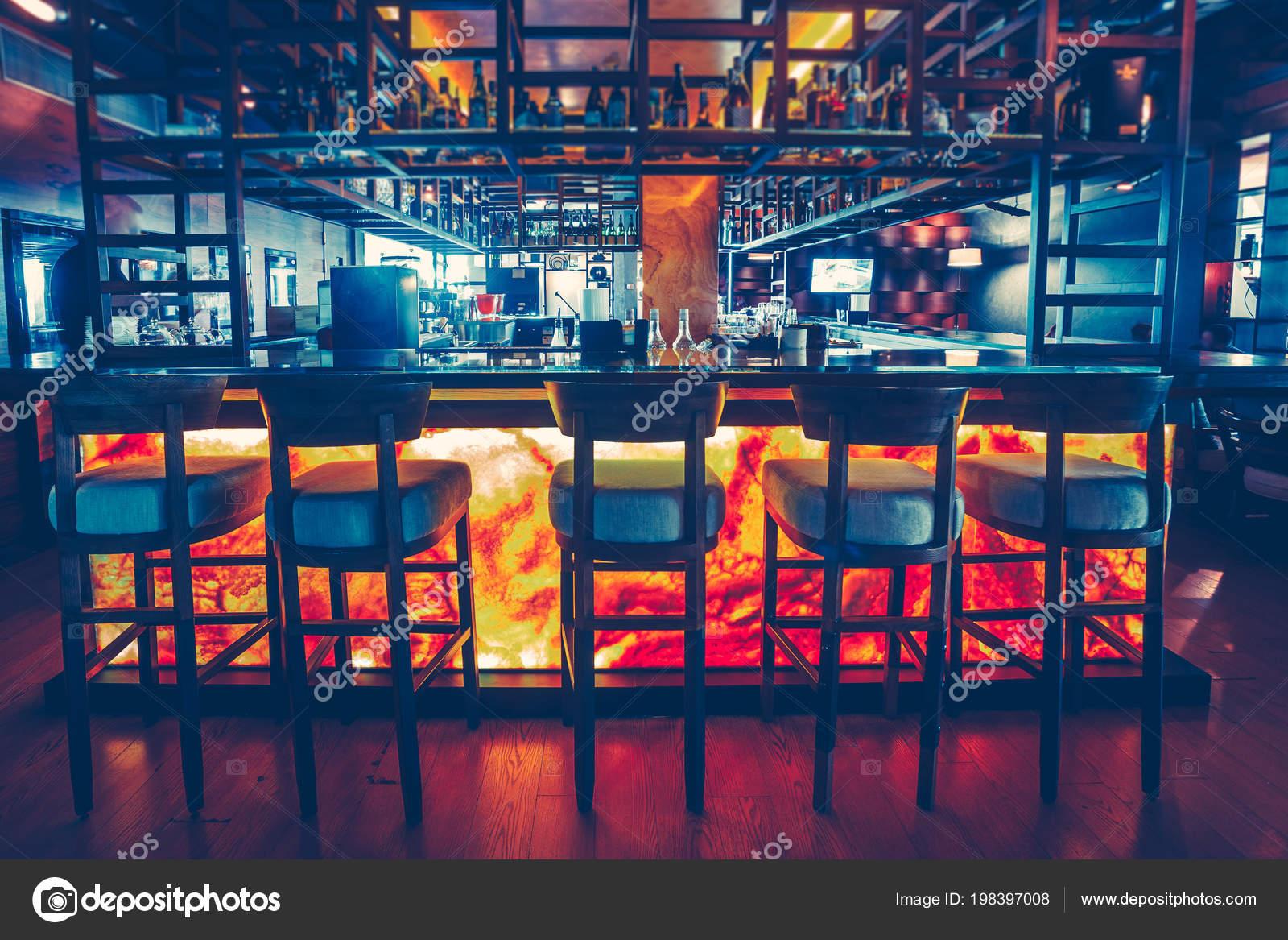 La Vista Frontale Dell Elegante Bancone Bar Foto Stock