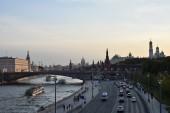 Moskva, Rusko - 23 června 2018: Zobrazení Moskvoretskaya nábřeží, Kreml, kostelů a Moskva řeka od Zaryadye parku večer