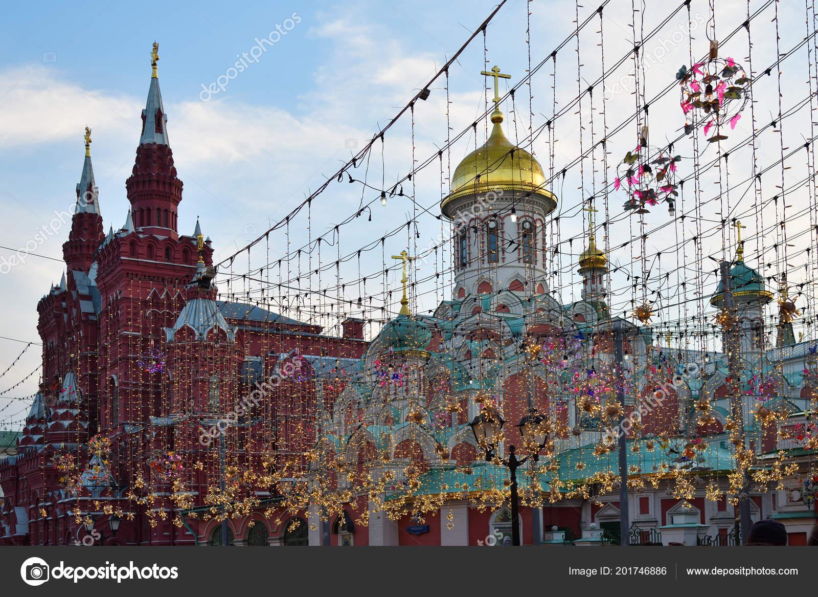 Nikolskaya straat moskou versierd met verlichting tijdens world cup