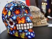 Fotografia Cranio colorato da simbolo di arte huichol tradizionale messicano della perla del giorno dei morti. Dia de los Muertos