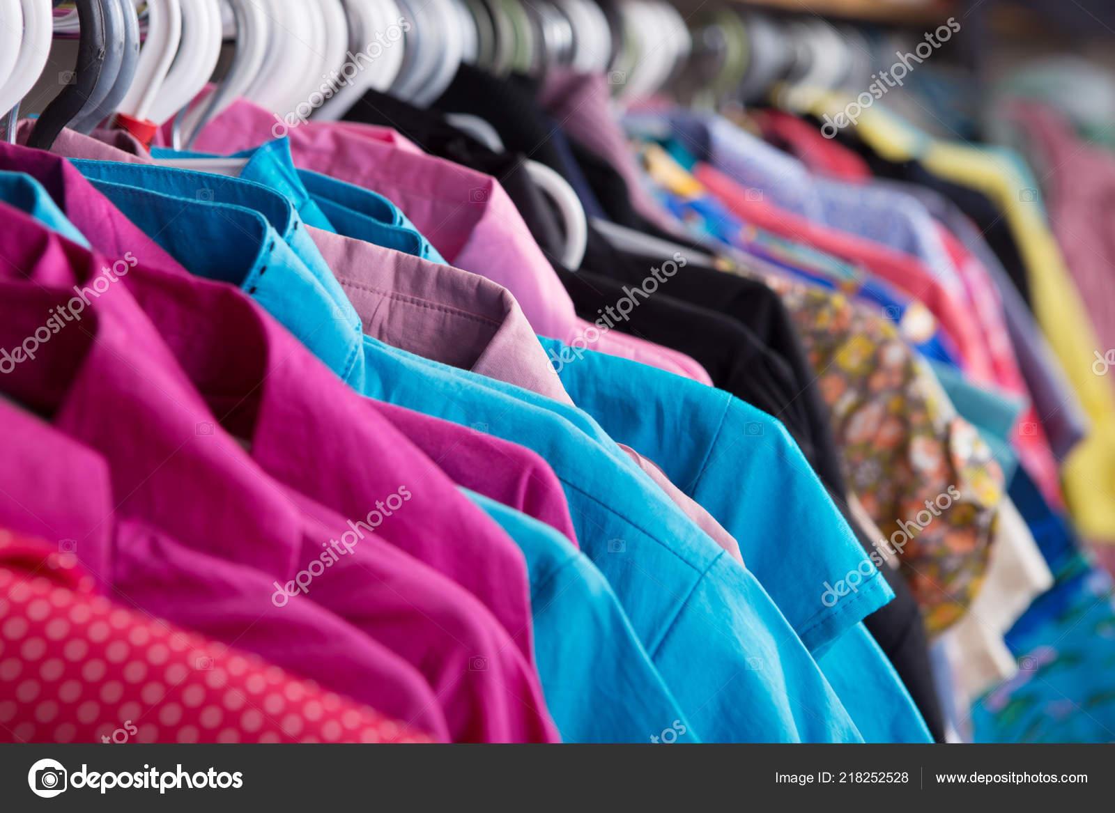 the best attitude 82ec2 8d802 Vestiti Appesi Sul Ripiano Fashion Store — Foto Stock ...