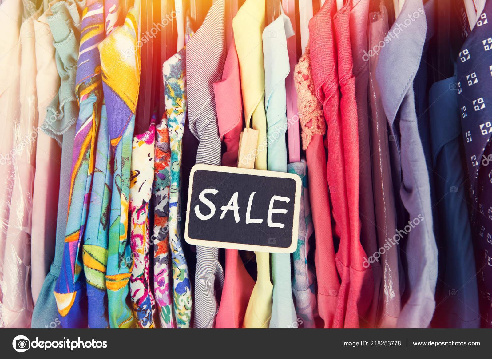 2263a68ea158d Étiquette Vente Vêtements Suspendus Sur Grille Dans Magasin Mode — Photo