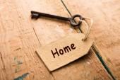Fotografia concetto di sicurezza domestica - vecchia chiave con etichetta